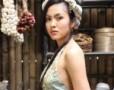 Mẫu Việt khoe chân thon với váy dạ hội