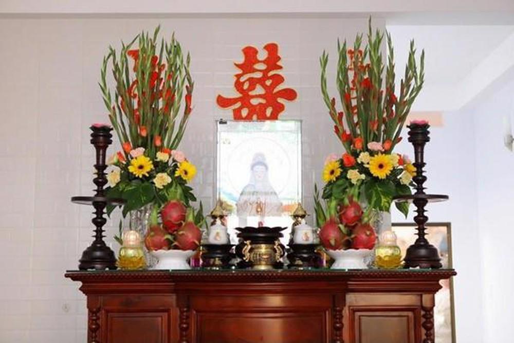 Trang trí hoa gì lên bàn thờ gia tiên trong ngày cưới?